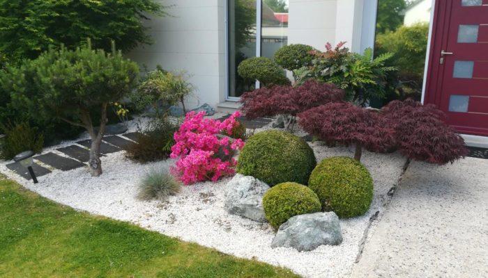 Paillage minéral sur un massif composé de plantes variées